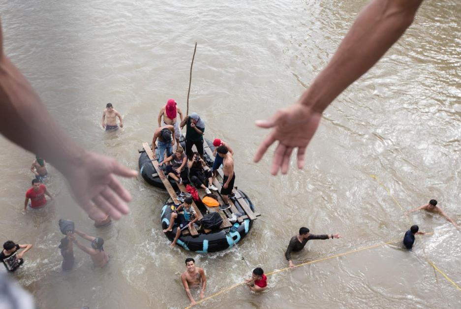 Viernes 19 de octubre. Varios balseros mexicanos se aproximaron al punete fronterizo e incitaron a los migrantes a saltar al río Suchiate, ofreciéndoles llevarlos a la orilla mexicana. Cientos de migrantes se lanzaron al río desde una altura aproximada de 10 metros (Fuente: Fred Ramos, El Faro).