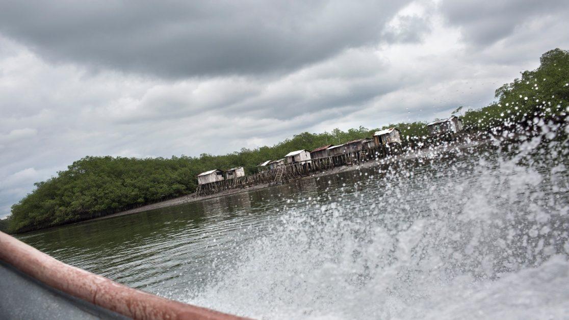 Los ríos y los meandros de la zona son vía por donde grupos armados y narcotraficantes controlan su acceso para la salida de armas y drogas. Foto: Edu León / Periodistas Sin Cadenas