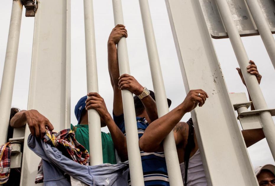 Viernes 19 de octubre. La caravana migrante se estrelló contra el portón de la aduana mexicana, que da paso al municipio de Ciudad Hidalgo, estado de Chiapas (Fuente: Fred Ramos, El Faro).