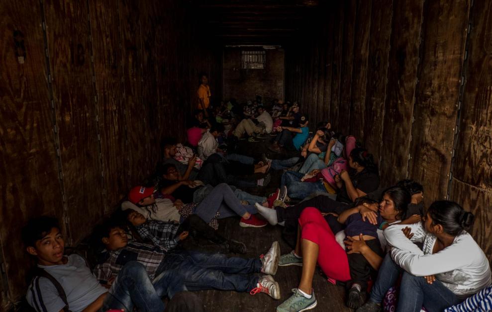 Viernes 19 de octubre. Un grupo de migrantes hondureños viajan al interior de un furgón de carga para unirse a la caravana migrante que se concentra en la frontera de Tecún Umán, que colinda con Chiapas, México (Fuente: Fred Ramos, El Faro).