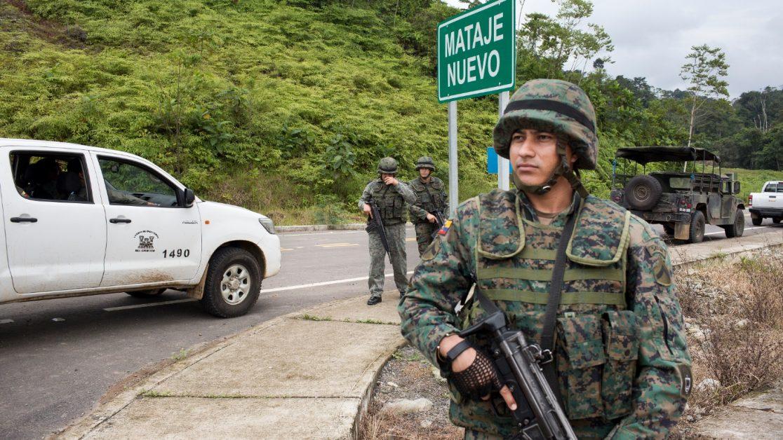 Patrullaje de militares ecuatorianos ante la petición del primer grupo de periodistas en entrar a Mataje. Foto: Edu León/ Periodistas Sin Cadenas