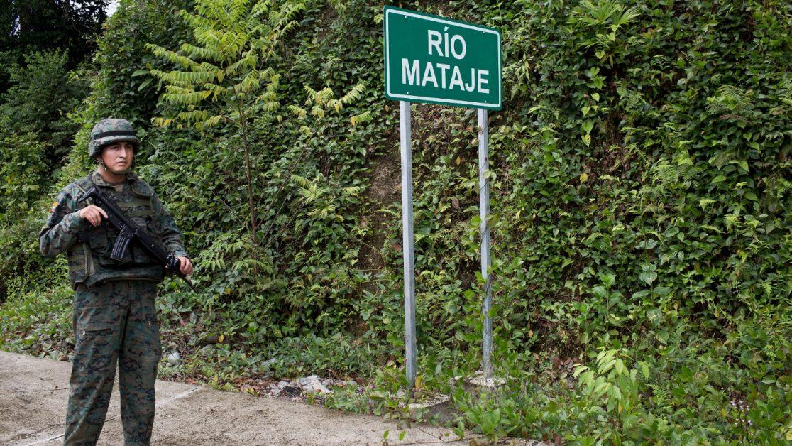 Operativo de vigilancia militar ecuatoriana en el puente que lleva a Colombia en Mataje. Foto: Edu León/ Periodistas Sin Cadenas.