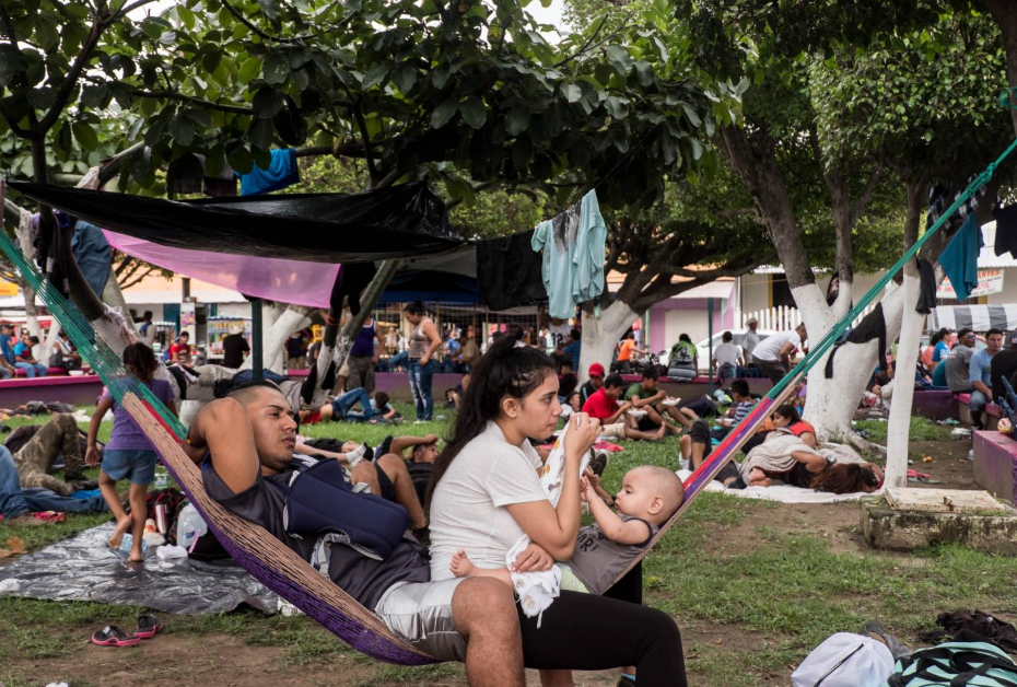 Domingo 21 de octubre. Una pareja de migrantes salvadoreños se sumó a la caravana. Ambos huyeron de El Salvador hace un año, debido a las amenazas de las pandillas, según contaron. Durante meses, permanecieron en esta zona fronteriza del sur mexicano y ahora, al ver la oportunidad, decidieron sumarse a la caravana (Fuente: Fred Ramos, El Faro).