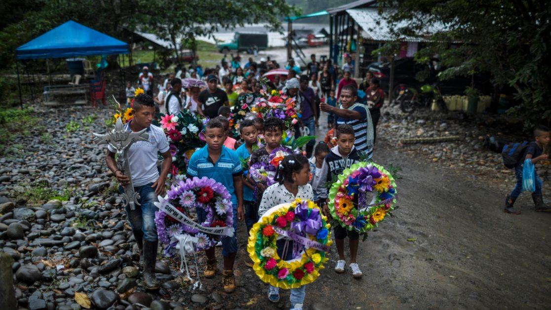 Novena por la muerte de siete campesinos en Tandil, Nariño, cuando protestaban contra la erradicación forzada del cultivo de la coca. Los habitantes de la vereda El Tandil, en Tumaco (Nariño), no dudan en señalar a la Fuerza Pública como responsable de la masacre perpetrada el 5 de octubre del año pasado. Este hecho se considera el inicio del conflicto en la zona. Foto: Manu Brabo.