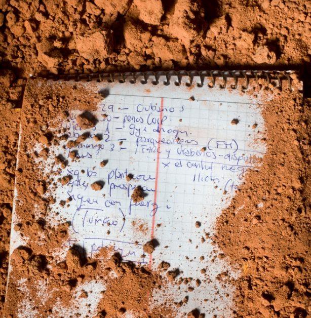 Una de las libretas de apuntes de Javier Ortega. Los habitantes de la vereda El Tandil, en Tumaco (Nariño), no dudan en señalar a la Fuerza Pública como responsable de la masacre perpetrada el 5 de octubre del año pasado. Foto: Manu Brabo.