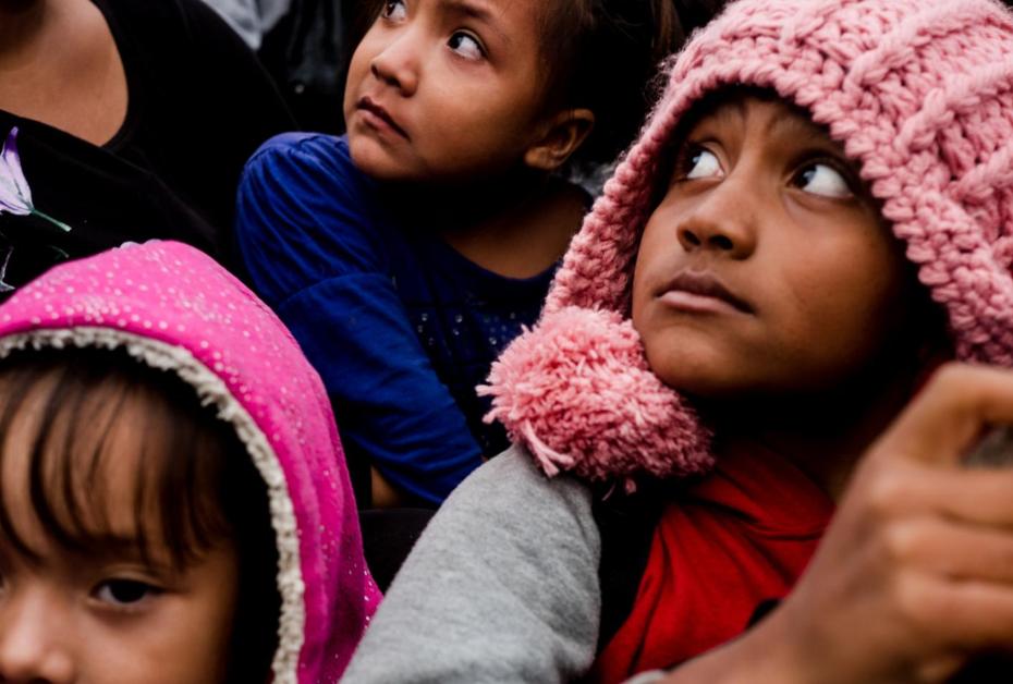 Un grupo de niños migrantes viaja en un pick up que les dio aventón hacia el municipio de Isla, Veracruz, el 3 de noviembre.