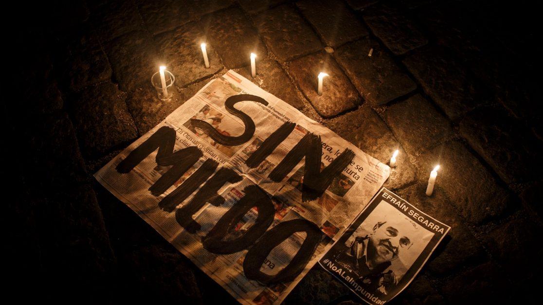 Desde el primer día del secuestro de los tres periodistas, las vigilias y marchas realizadas en Ecuador, pedían la inmediata liberación, en un acto de solidaridad en el que estaban al frente las familias. Familias desplazadas de El Pan, viven hacinadas en una casa de San Lorenzo. Foto: Edu León/ Periodistas Sin Cadenas.