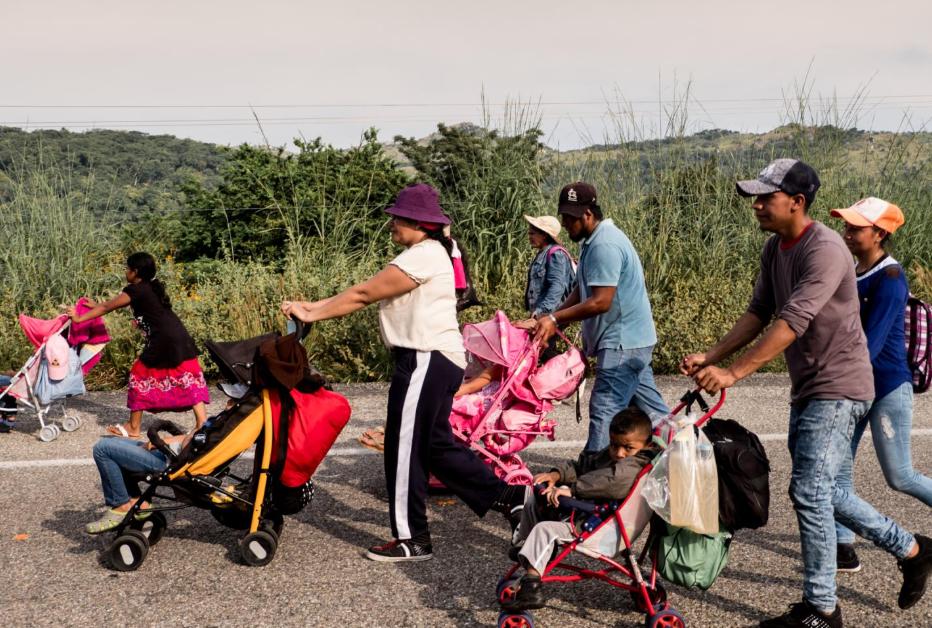 Migrantes centroamericanos caminan con sus hijos en la carretera 190, rumbo al municipio de San Pedro Tapanatepec, Oaxaca, el 27 de octubre. Los cochecitos de bebés se han convertido en un símbolo de este éxodo.