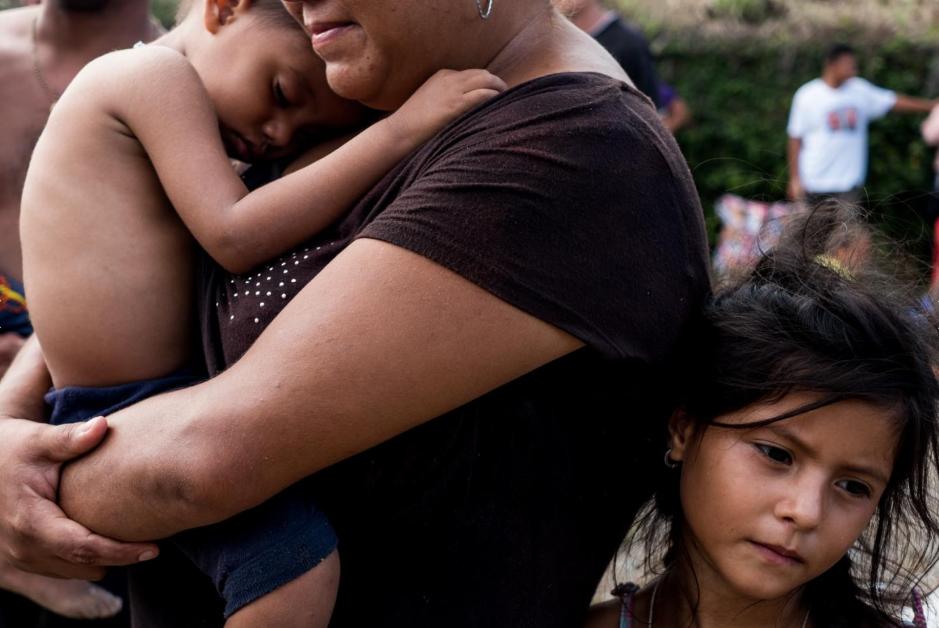 Jennifer Soriano, de siete años, y Kenneth Soriano, de dos, son hermanos que viajan con su madre Cynthia Soriano. Son originarios de Villanueva, Honduras.