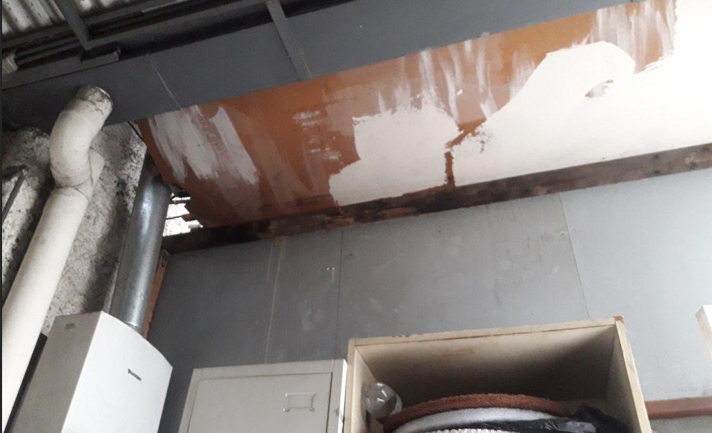 El techo a medio construir de la bodega que ocupan como vestidor las trabajadoras del aseo.