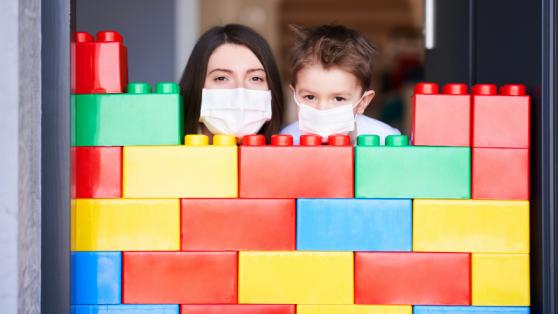 Criar y crecer en tiempos de COVID: cómo la pandemia ha deteriorado el bienestar de madres, padres y niñas/os