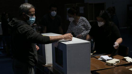 ¿Votar en el peor momento de la pandemia? Un examen de la evidencia disponible