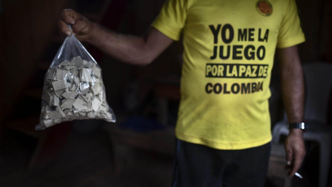 Campesinos cultivadores de coca hacen un primer proceso químico para oobtener la base de coca. Tandil, Nariño, Colombia. Octubre 2017. Foto: Manu Brabo.