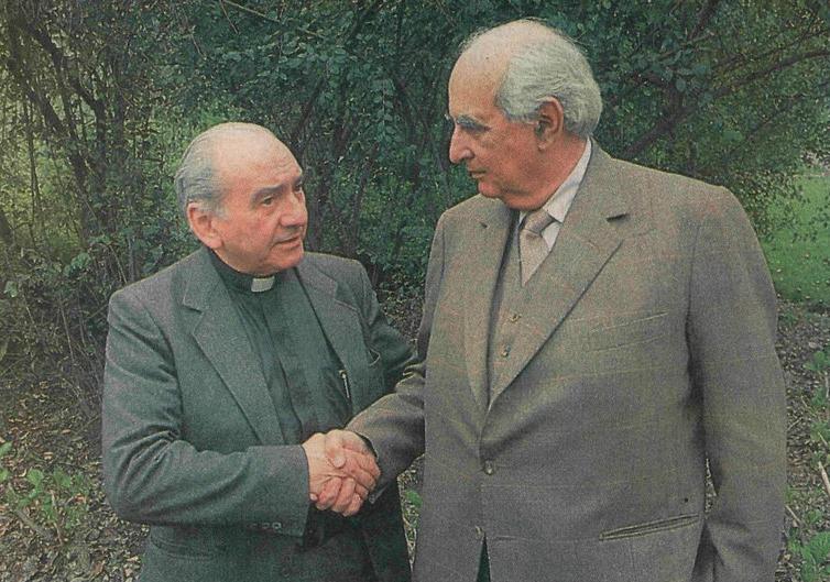 Fotografía del sacerdote Renato Poblete y Agustín Edwards, publicada en El Mercurio para avisar a los secuestradores que el religioso sería su contraparte en las negociaciones.