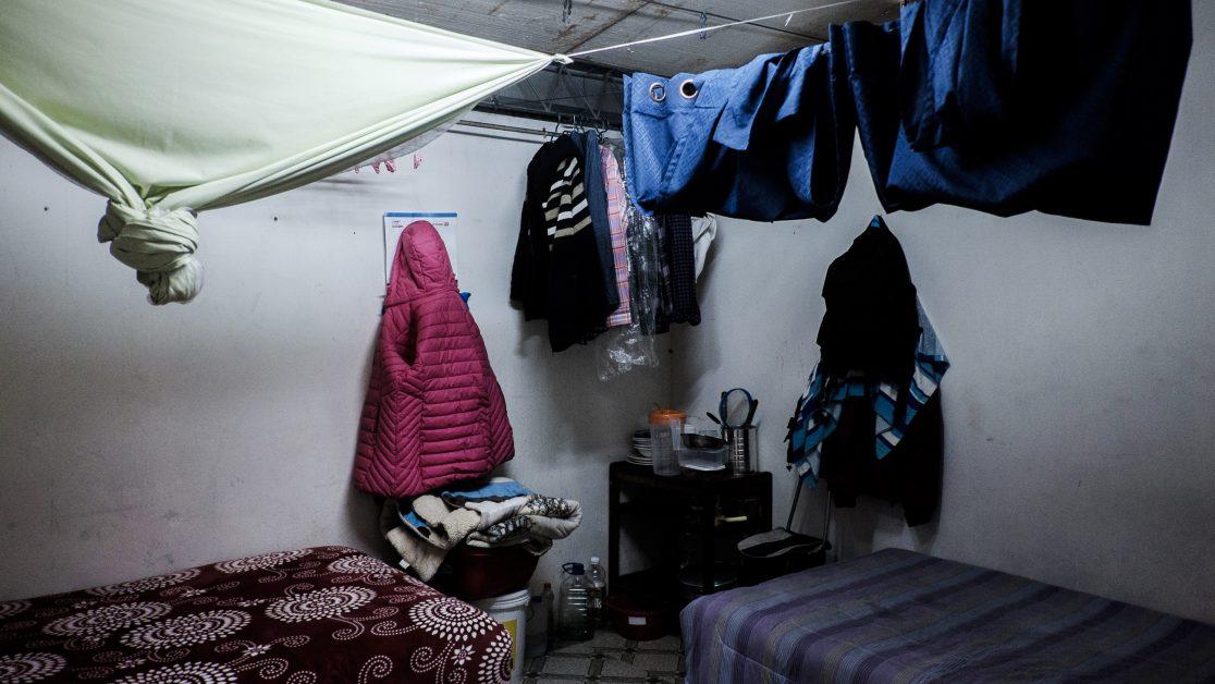 Vista de un dormitorio donde viven dos familias. Foto: Jorge Vargas | Migrar Photo