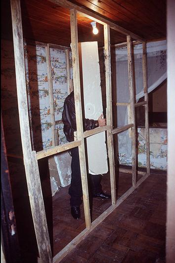 El muro falso del calabozo: Cristián Edwards permaneció 145 días dentro de ese cubículo de 2 por 3 metros.