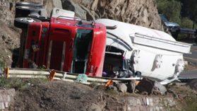 Camión con carga tóxica para Anglo American provoca accidente fatal en horario prohibido para ese transporte
