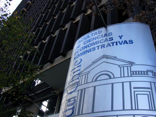 Los autocontratos que tienen en la mira a la Facultad de Economía de la U. de Chile
