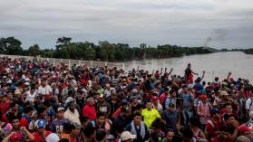 Caravana rumbo a Estados Unidos: el portón mexicano no pudo con la avalancha migrante